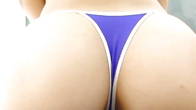 Pequeña esposa joven con tetas turgentes da videos de anime de sexo paja y mamada