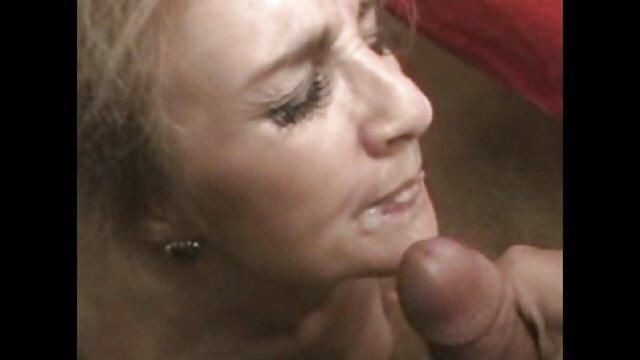 ¡La ama de casa cachonda Shanda Fay Dildo golpea el coño los pitufos hentai en pantalones calientes!