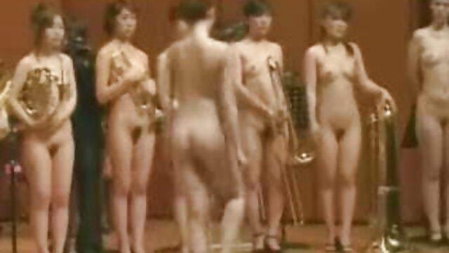 Gran culo hentai en la ducha regordete se desnuda y da mamada en el bar